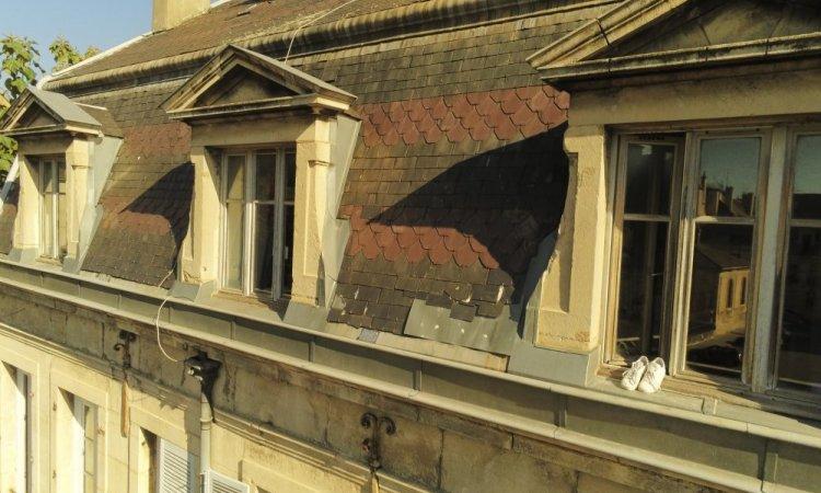 Le drone se rapproche de la toiture pour une bonne inspéction. Toit en ardoises à DIJON
