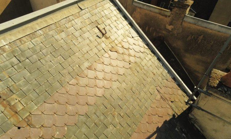 Le drone d'inspection de toiture permet de voir les ardoises cassées et l'état des crochets